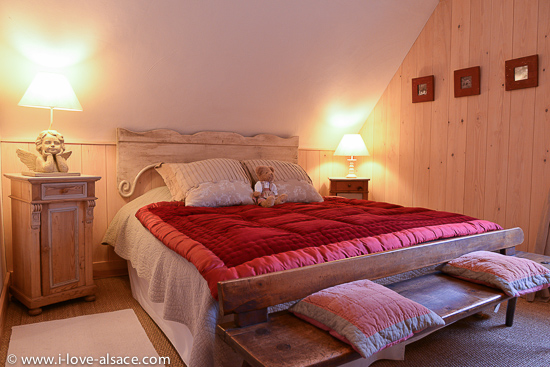 A large and comfortable bed will let you have a restful holiday in Alsace! The bedroom of the apartment The Mountain Hiker has a king size 180 x 200 cm double bed.
